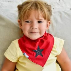 Csillogó csillag piros sálon